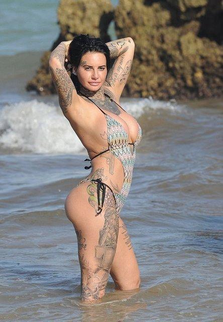 Звезда реалити-шоу публично обнажила грудь на пляже, фото 18+ - фото 99655