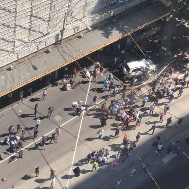 В центре Мельбурна внедорожник влетел в толпу прохожих - фото 98504