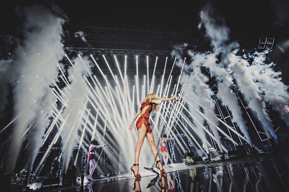 Почти голая Лобода вышла на сцену в России без белья, подтвердив свое прозвище - фото 96729