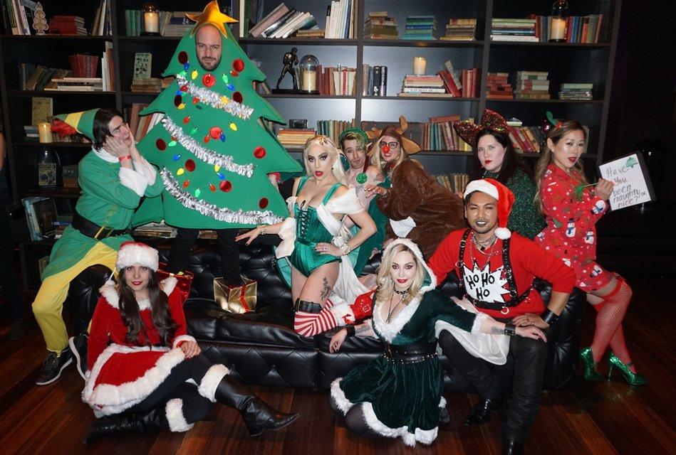 Леди Гага в костюме из секс-шопа отметила Рождество со своей командой - фото 96767