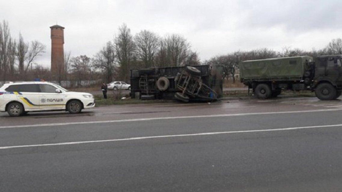 В Николаевской области грузовик военных влетел в остановку, есть жертвы - фото 97849
