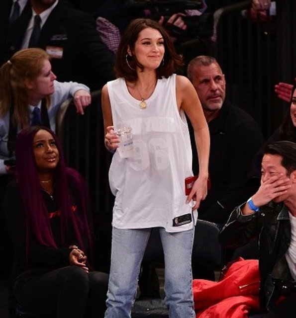 Белла Хадид заставили переодеться на матче НБА - фото 97570