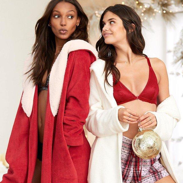 Модели Victoria's Secret топлес и в шапках Санты в рождественской фотосессии, 18+ - фото 98442