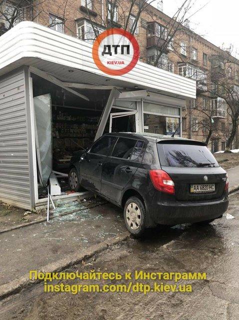 В Киеве пьяный водитель снес трехлетнего ребенка и въехал в МАФ - фото 99689