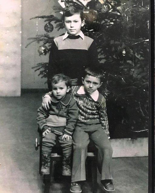Скандальная Ани Лорак завалила поклонников снимками из детства - фото 99801