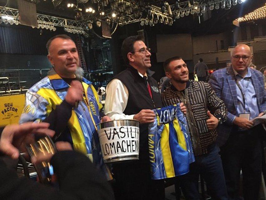 <оксерские перчатки, шорты и ведро Ломаченко будут в Зале славы  - фото 96137