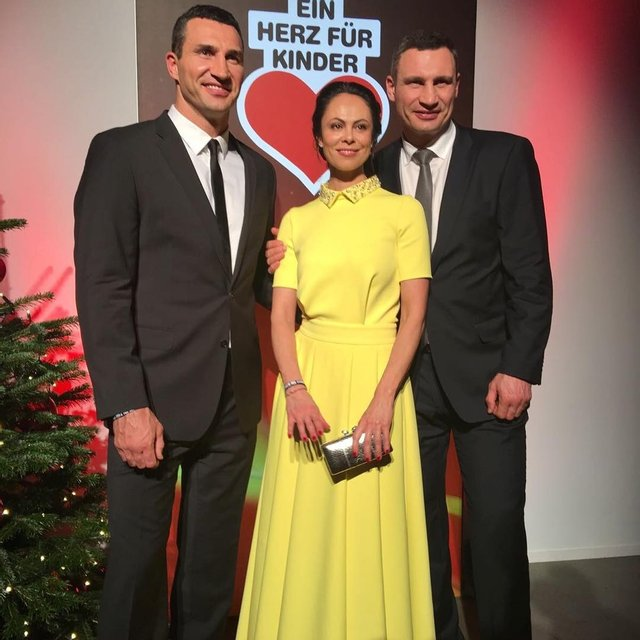 Наталья Кличко с мужем и Владимиром Кличко - фото 94561
