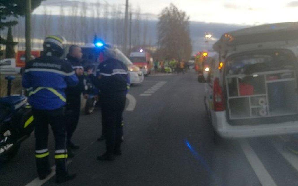 Во Франции поезд столкнулся со школьным автобусом, погибли дети - фото 97180