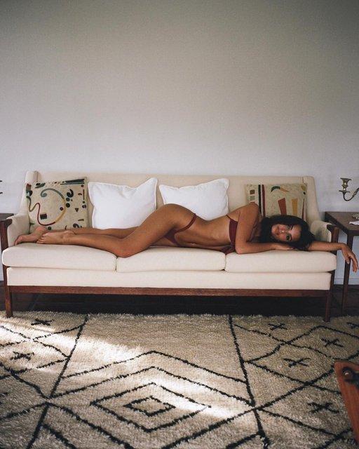 Эмили Ратажковски порадовала 15 млн подписчиков снимками в мини-бикини - фото 95570