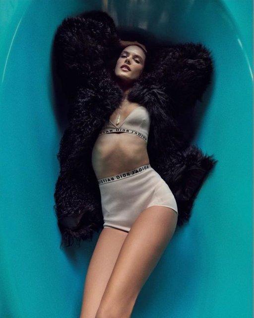 Алессандра Амбросио  топлес и в мехах снялась в откровенной фотосессии - фото 98392