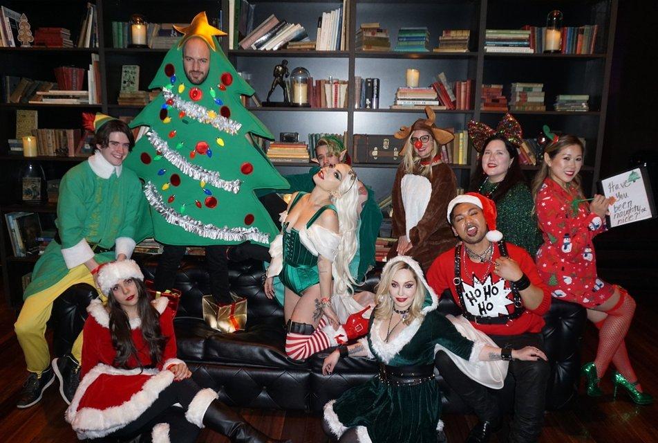 Леди Гага в костюме из секс-шопа отметила Рождество со своей командой - фото 96768