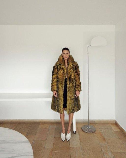 Алессандра Амбросио  топлес и в мехах снялась в откровенной фотосессии - фото 98390