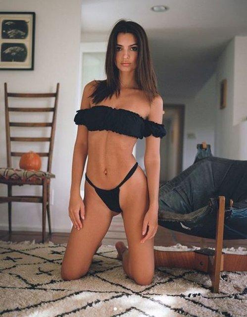 Эмили Ратажковски покрутилась перед камерой в эротическом купальнике - фото 99719