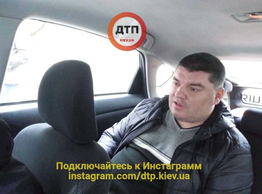 В Киеве пьяный водитель снес трехлетнего ребенка и въехал в МАФ - фото 99688