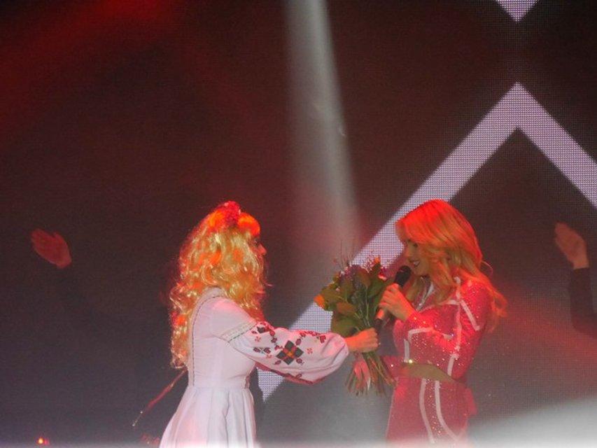 Ольга Фреймут в парике чуть не сорвала концерт  Ирины Федишин, выскочив на сцену (фото) - фото 95506