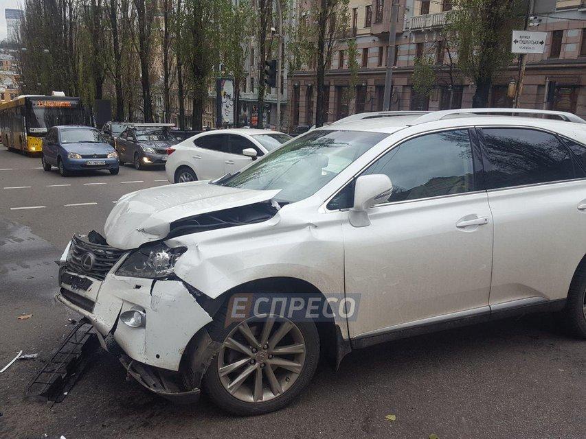 В центре Киева из-за нерабочего светофора Lexus столкнулся с Fiat - фото 94654