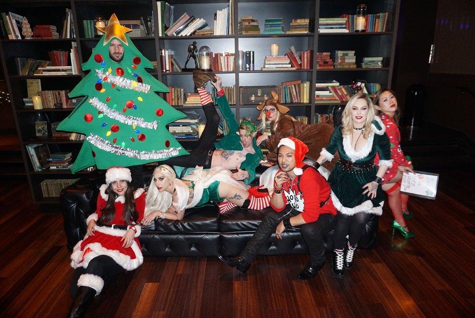 Леди Гага в костюме из секс-шопа отметила Рождество со своей командой - фото 96770