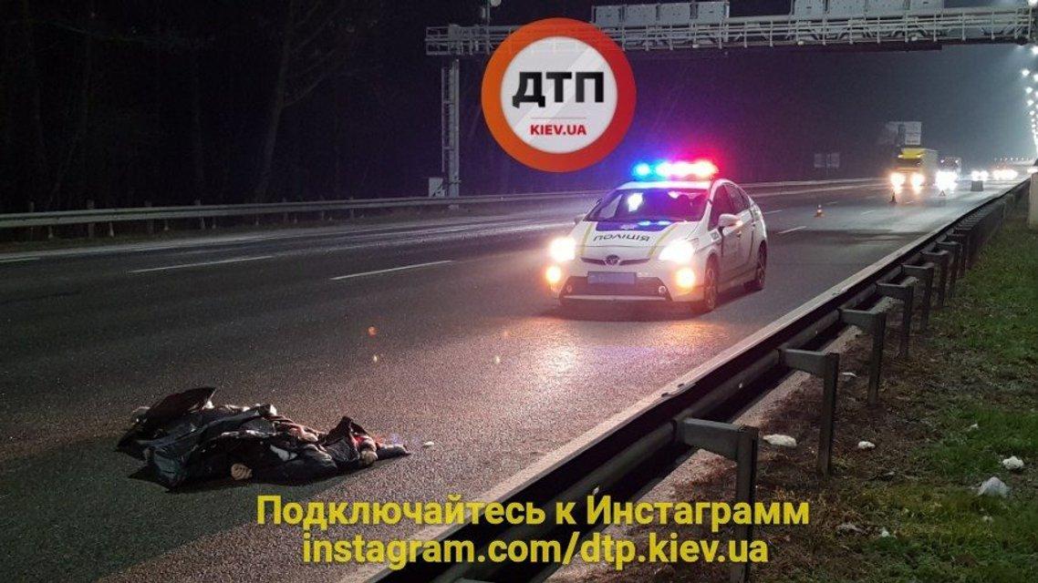 На Бориспольской трассе Hyundai насмерть сбил пешехода-нарушителя - фото 96022