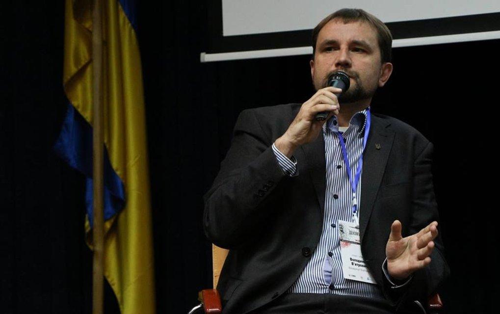 Владимир Вятрович подкладывает бомбу замедленного действия - фото 97759