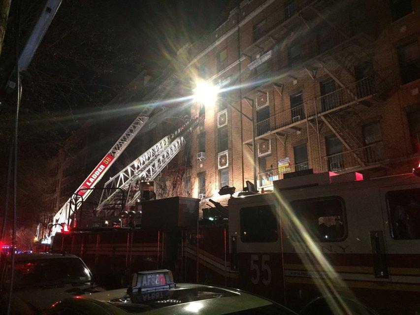 В Нью-Йорке заживо сгорело 11 человек и младенец - фото 99983