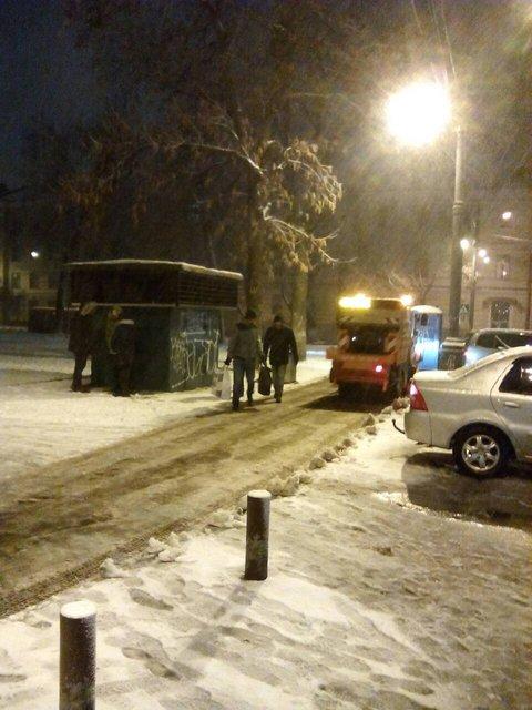 Киев замело снегом: на дорогах работает вся имеющаяся техника - фото 96228
