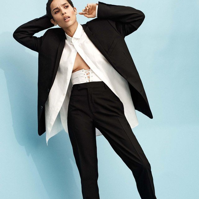 Актриса Зои Кравиц продемонстрировала глубокое декольте на обложке глянца - фото 95020