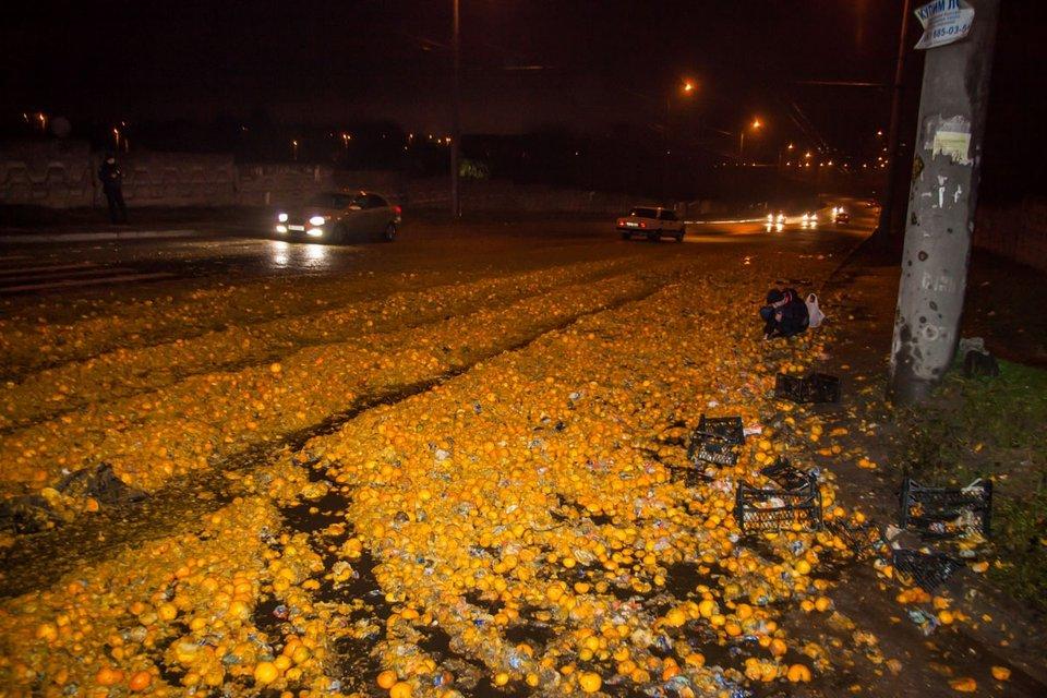 В Днепре дорогу засыпало мандаринами - фото 94636
