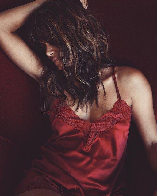 Холли Берри на откровенном фото покорила красотой и заставила бывшего рыдать - фото 98356