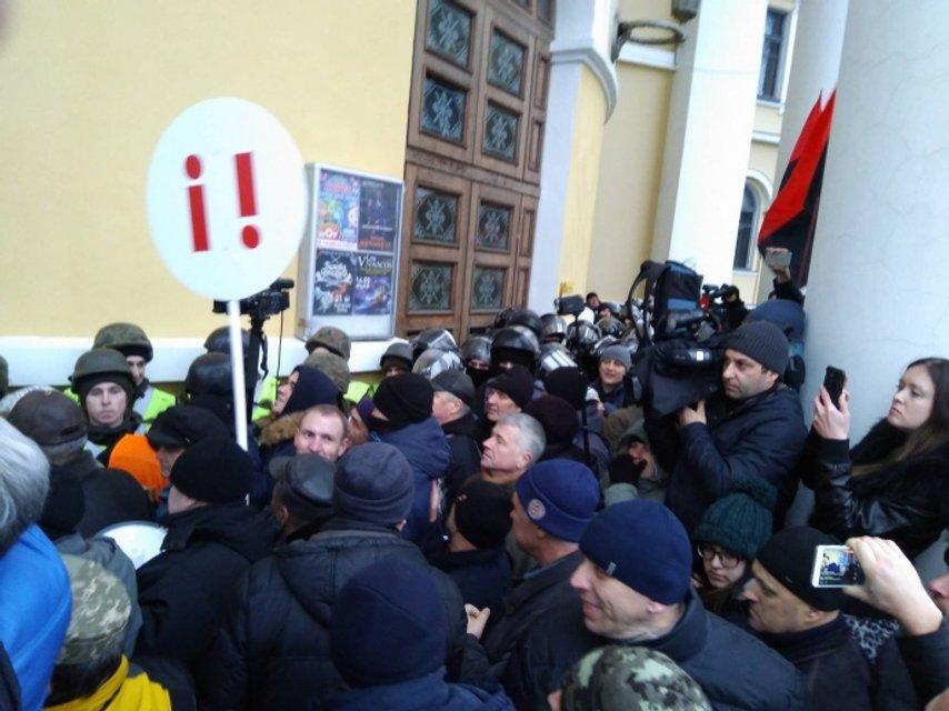 Правоохранители изнутри пытаются оттеснить активистов - фото 97675