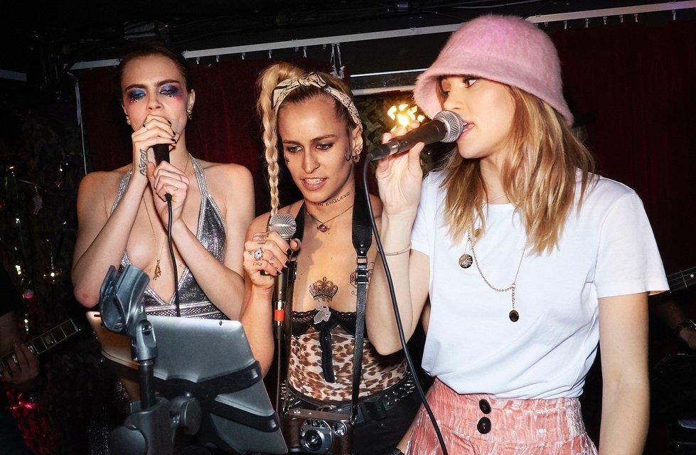 Кара Делевинь без белья стала центром внимания вечеринки в Лондоне - фото 94780