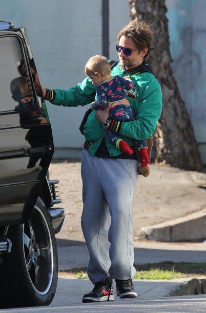 Фото дня: Брэдли Купер с дочерью на прогулке умилил соцсети - фото 94840