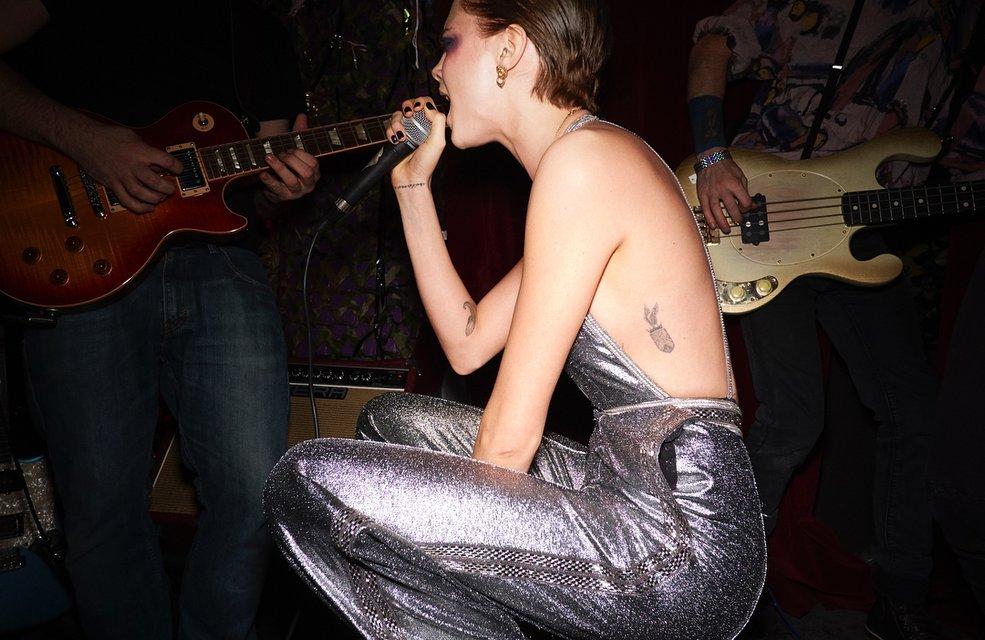 Кара Делевинь без белья стала центром внимания вечеринки в Лондоне - фото 94782