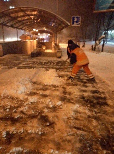 Киев замело снегом: на дорогах работает вся имеющаяся техника - фото 96224
