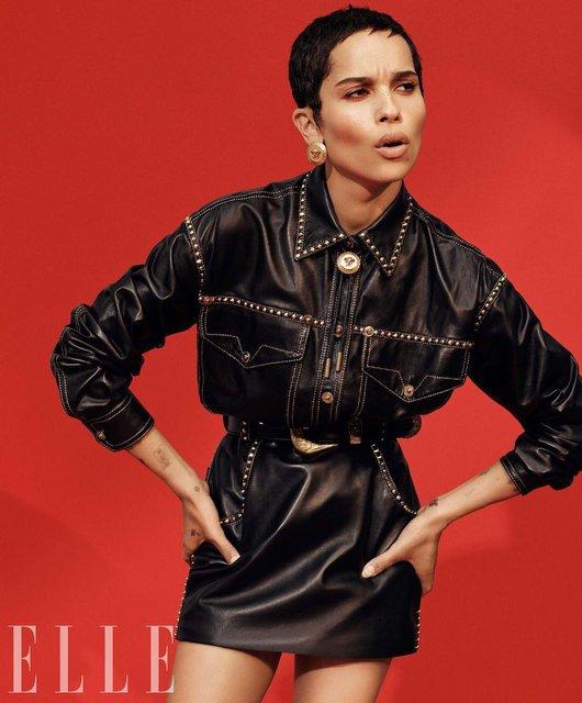 Актриса Зои Кравиц продемонстрировала глубокое декольте на обложке глянца - фото 95018
