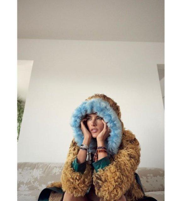 Алессандра Амбросио  топлес и в мехах снялась в откровенной фотосессии - фото 98396
