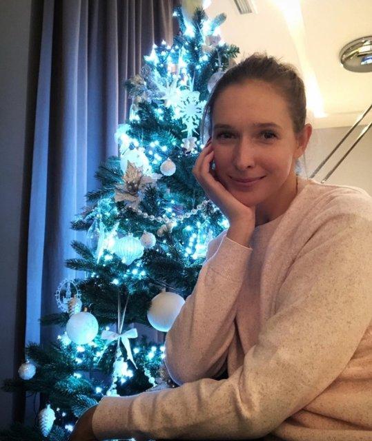 Катя Осадчая в нежном образе поздравила фанатов с праздником - фото 99145