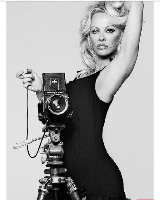 Памела Андерсон заинтриговала интимным фото в ночной рубашке - фото 95409