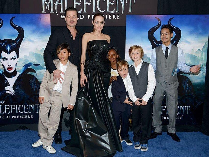 Анджелина Джоли и Брэд Питт с детьми на премьере фильма - фото 96032