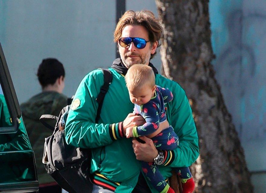 Фото дня: Брэдли Купер с дочерью на прогулке умилил соцсети - фото 94842