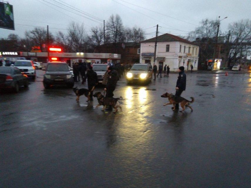 В Харькове взяли в заложники 9 взрослых и двоих детей - фото 100181