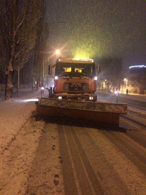Киев замело снегом: на дорогах работает вся имеющаяся техника - фото 96226