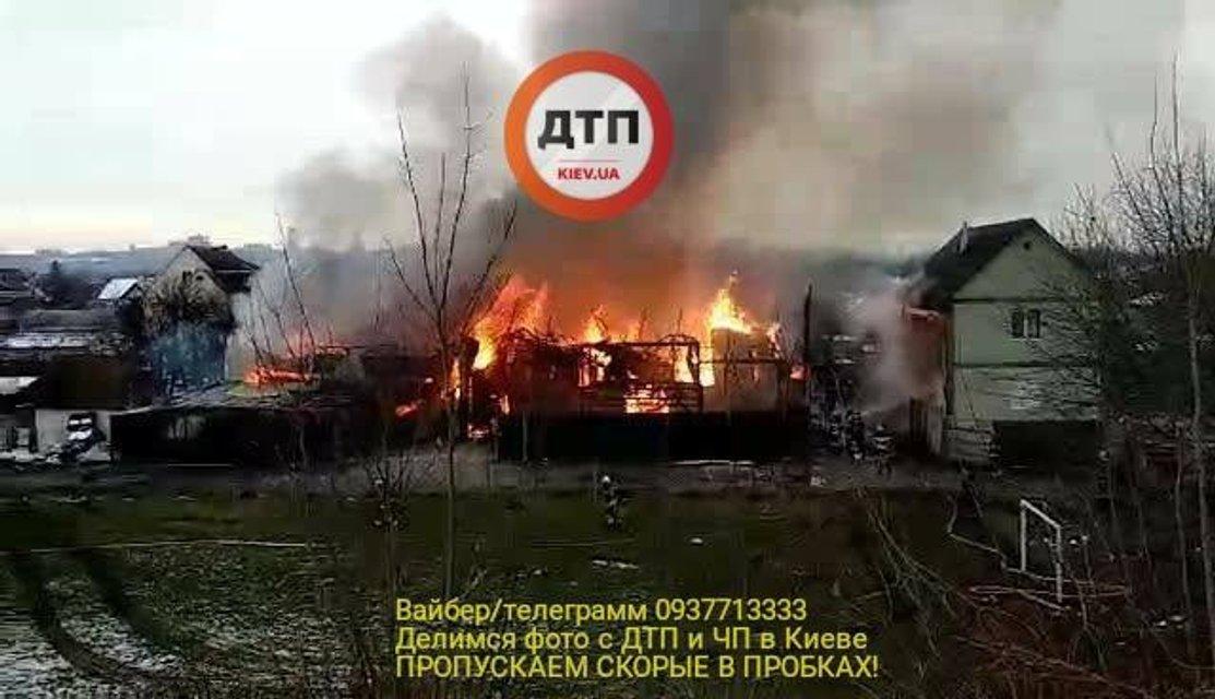 На Русановских садах в Киеве огромный дом сгорел дотла - фото 96478
