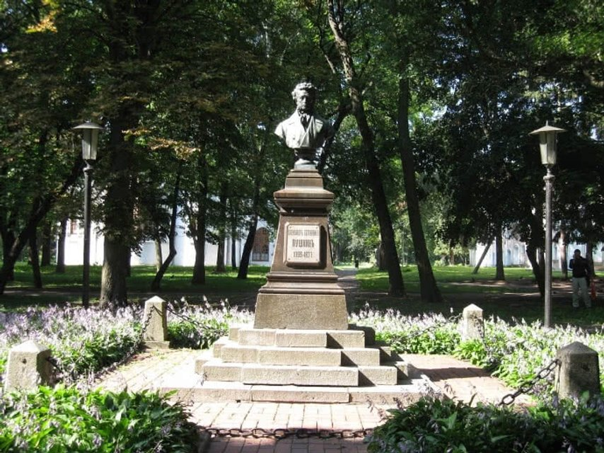 Бюст Пушкину в Чернигове до кражи - фото 100263