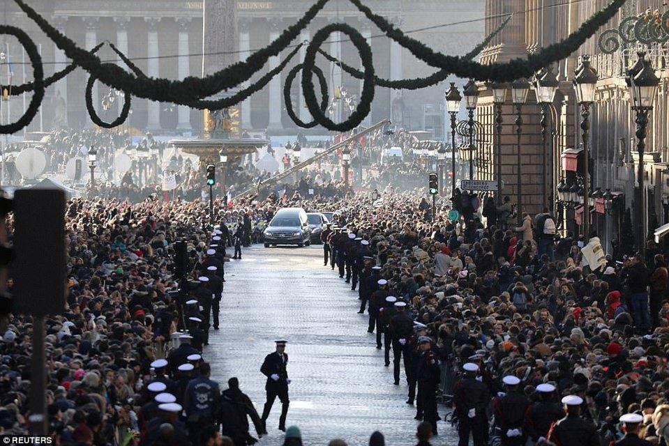 Сотни тысяч людей вышли на улицы Парижа - фото 96039