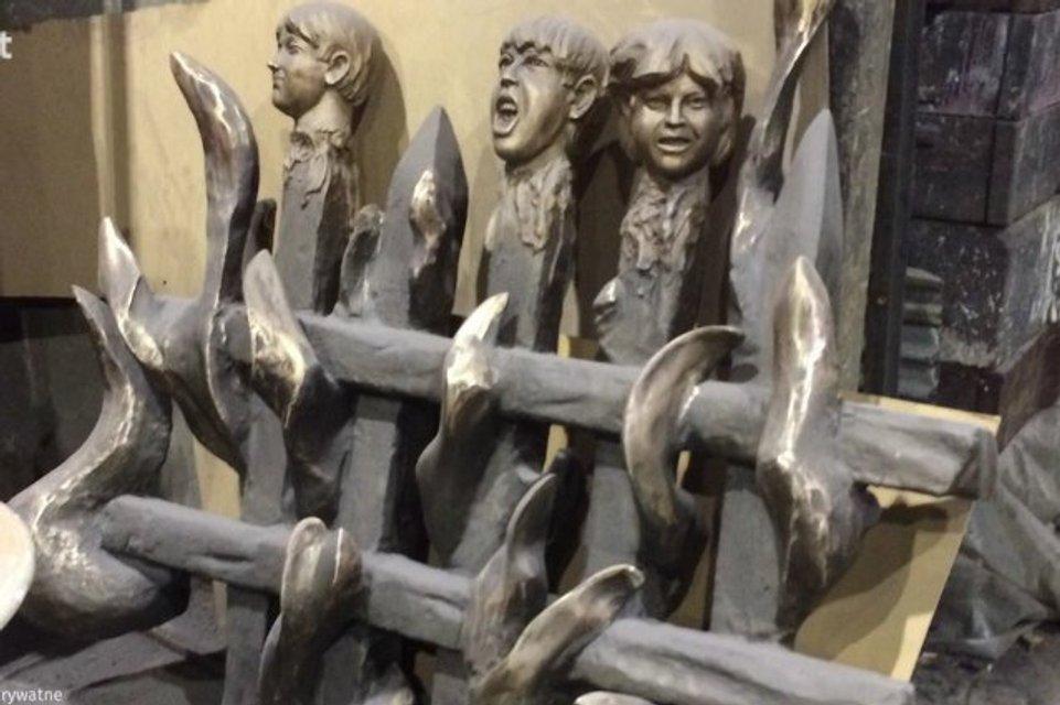 Мертвые головы на заборе: В Польше изготовили памятник жертвам Волынской трагедии - фото 98352