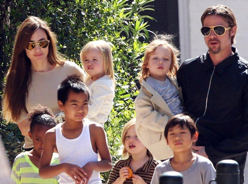 Брэд Питт и Анджелина Джоли с детьми  - фото 96031