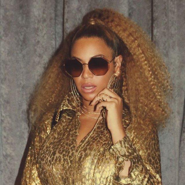 Бейонсе восхитила в золотом платье с глубоким декольте - фото 96905