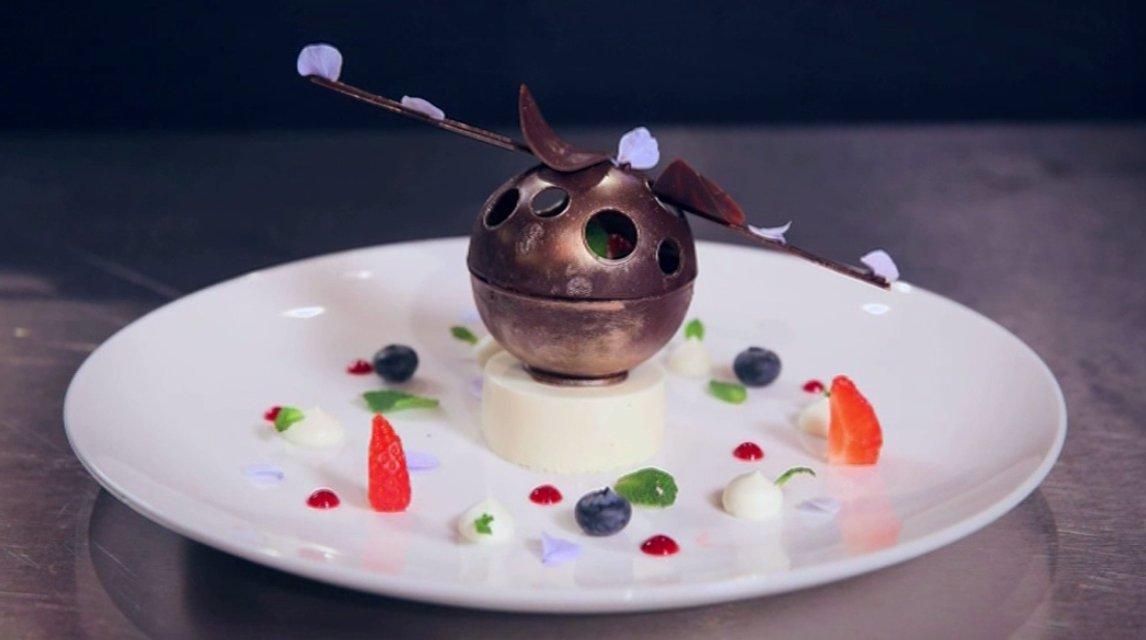 МастерШеф 7 сезон 31 выпуск онлайн: шоколадная сфера с ванильной панна-коттой, ягодным соусом и муссом из белого шоколада - фото 96597