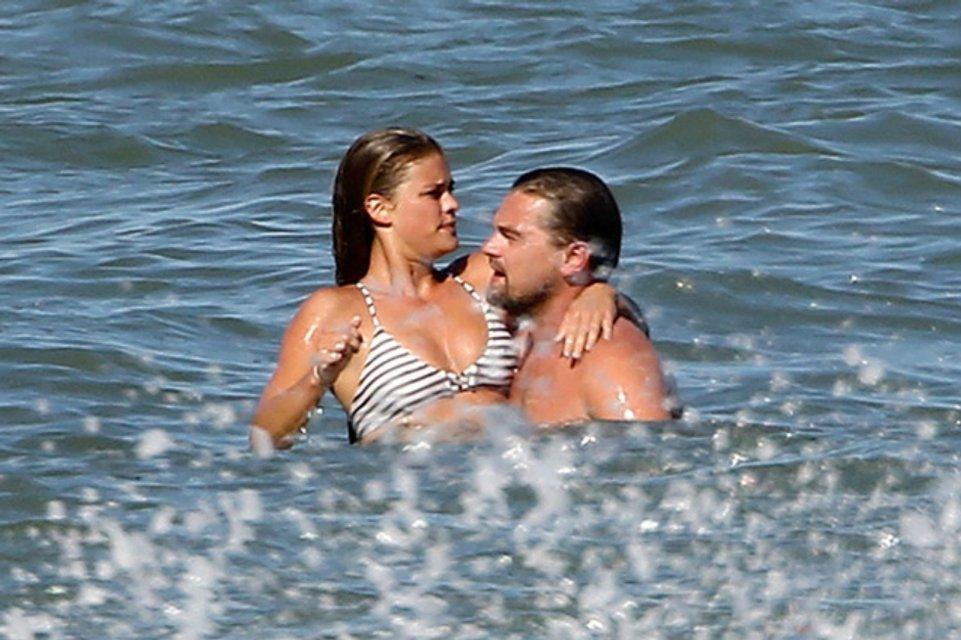 Экс-невеста Ди Каприо порадовала пляжными фото - фото 99875