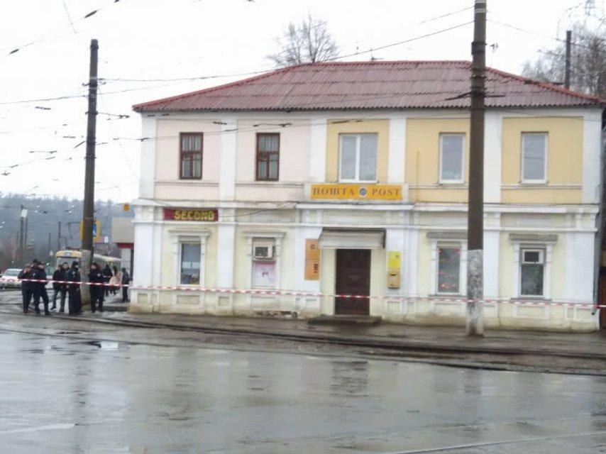 В Харькове взяли в заложники 9 взрослых и двоих детей - фото 100184